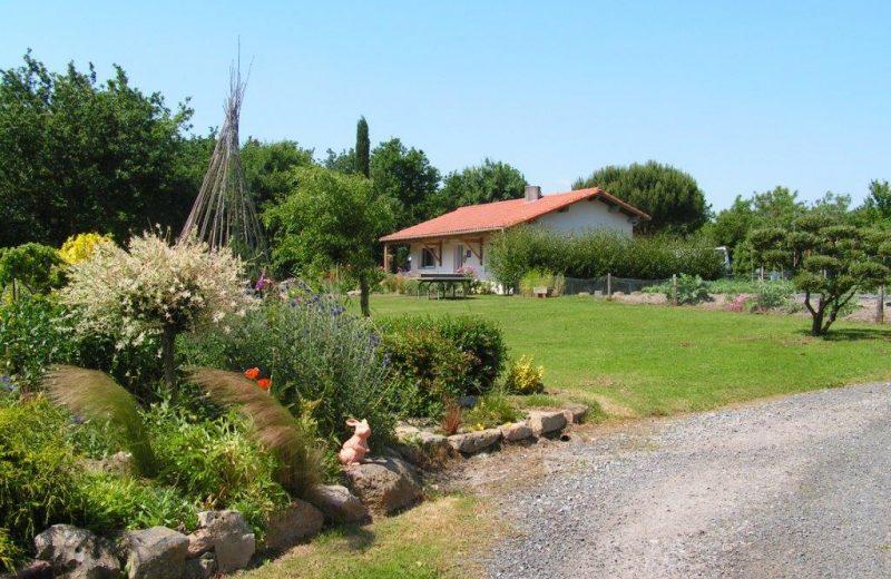 2016 le Relais des Garennes MONTBERT, jardin devant les sanitaires
