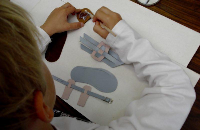 atelier-cordonnier-enfants-musee-metiers-chaussure-saint-andre