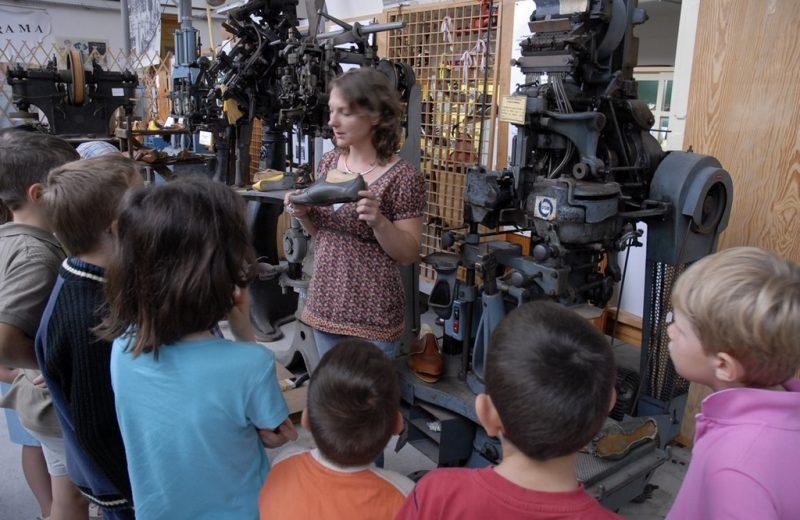 groupe enfants, mus+®e des m+®tiers de la chaussure