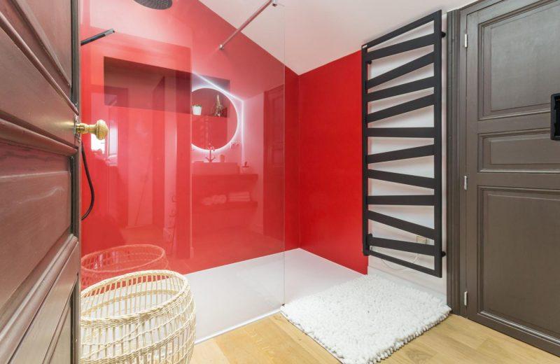 salle de bain rouge grange